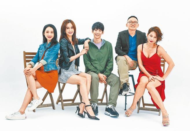 丁寧(右起)、何蔚庭、林柏宏、陳庭妮、李沐昨拍攝《青春弒戀》電影視覺。(粘耿豪攝)