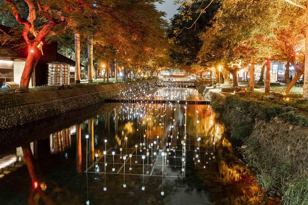 入選阿姆斯特丹燈節的台灣團隊「有用主張」陳冠宏、陳映竹在護城河面上打造「光訊 – 粼河」,宛如許多「螢火蟲」駐足。(新竹市政府提供/陳育賢新竹傳真)