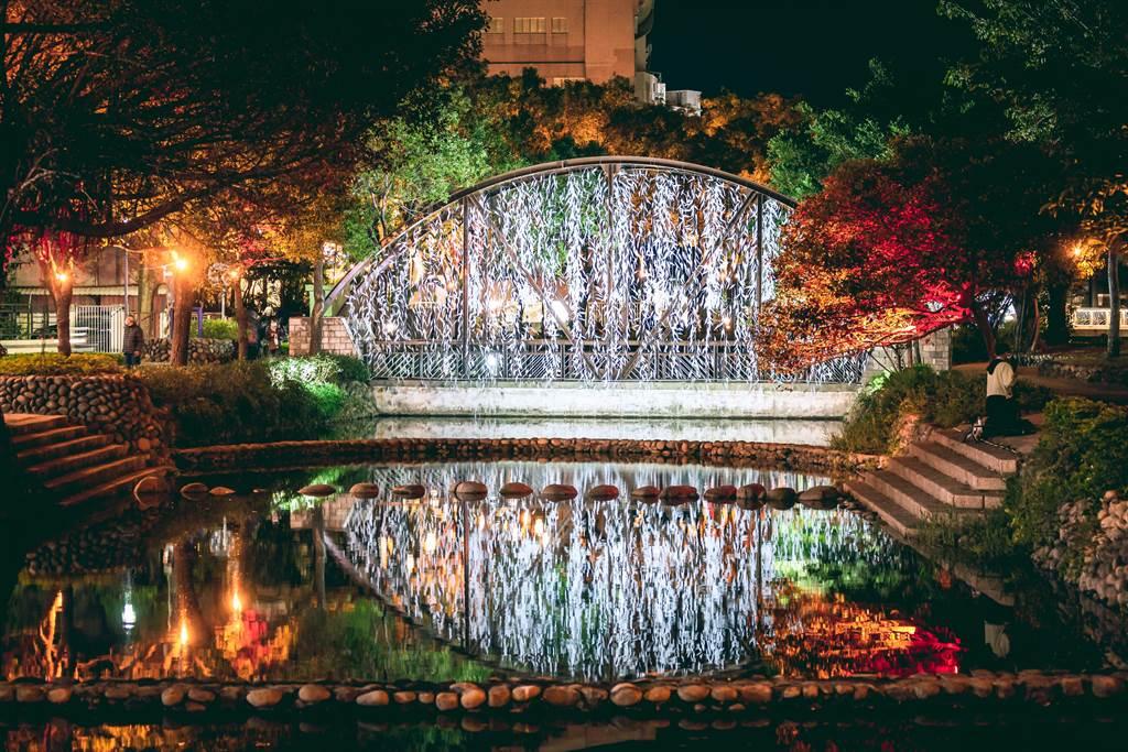 策展者游文富此次展出「白晝之葉」,以一整片垂掛式的白色樹葉林,透過河面倒影交錯,讓民眾感受詩境氛圍。(新竹市政府提供/陳育賢新竹傳真)