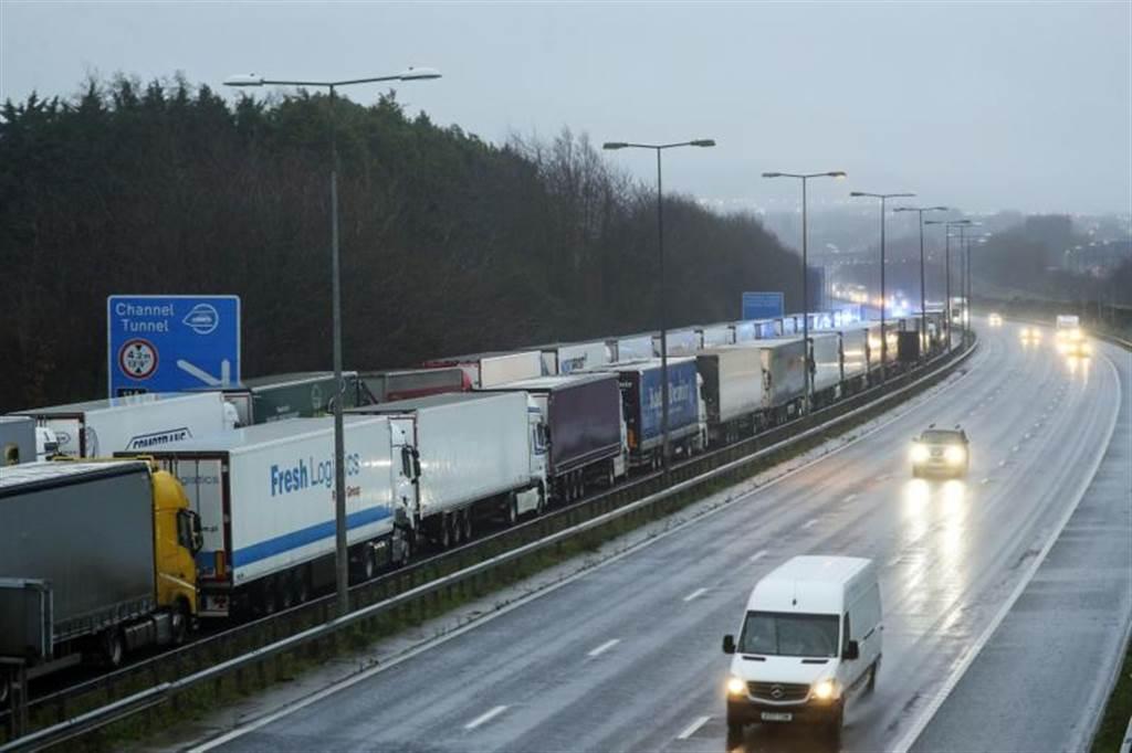 塞爆!法国封锁与英国边界,多佛港关闭,大批货车卡在公路上大排长龙。美联社(photo:ChinaTimes)
