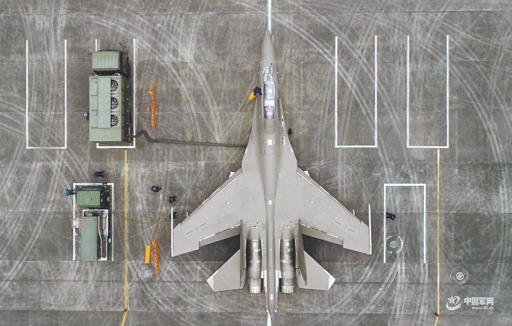 解放軍殲-16戰機進行補給。(取自中國軍網)