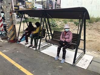 嘉縣府設置簡易式候車椅 讓長者能遮風避雨