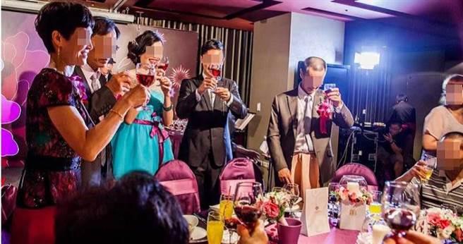 洪憲鎧表示,當時為了迎娶政治作戰局蘇姓女軍官,兒子一手包辦婚宴、婚紗、喜餅到樂團和攝影,他還贈與女方40萬的勞力士手表、紅寶石和玉墜。(圖/讀者提供)