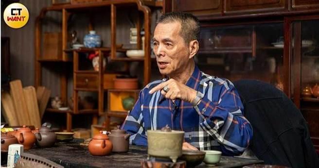 洪憲鎧是高雄知名古董商,在業界縱橫近40年,卻因兒媳外遇不得已將家醜搬上檯面。(圖/宋岱融攝)