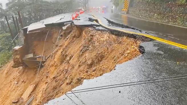 陽金公路(台2甲線8.4公里處)20日下午2時許,傳出邊坡坍方、路基流失,造成道路嚴重龜裂雙向車道封閉,剛好就是網友原先拜完回家的時間。(金山區公所提供/葉書宏新北傳真)