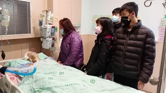 鐘家人齊聚在鐘姓小護理師床前,不捨痛哭。(台南市立安南醫院提供/程炳璋台南傳真)