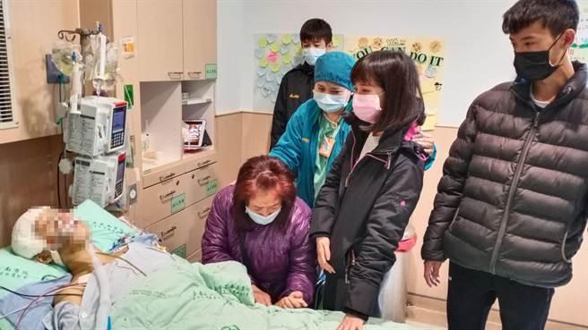 鐘母(紫色外套者)蹲在女兒床前,送女兒最後一程。(台南市立安南醫院提供/程炳璋台南傳真)