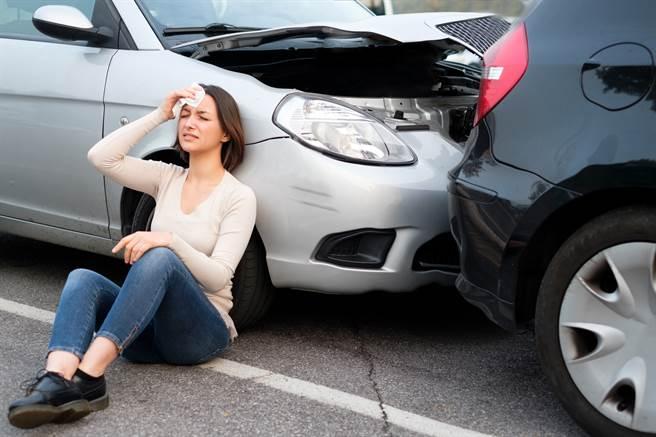 英國女子6年前出了一場車禍,沒想到卻造成「頭部180度旋轉」的後遺症。(示意圖/達志影像)