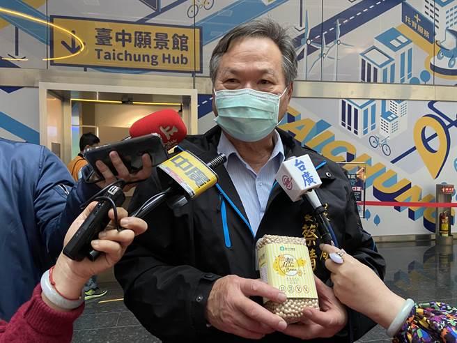 台中市農業局長蔡精強說,安全、營養健康的國產大豆品質新鮮,國外進口大豆通常要經過一年以上才會到台灣。(盧金足攝)