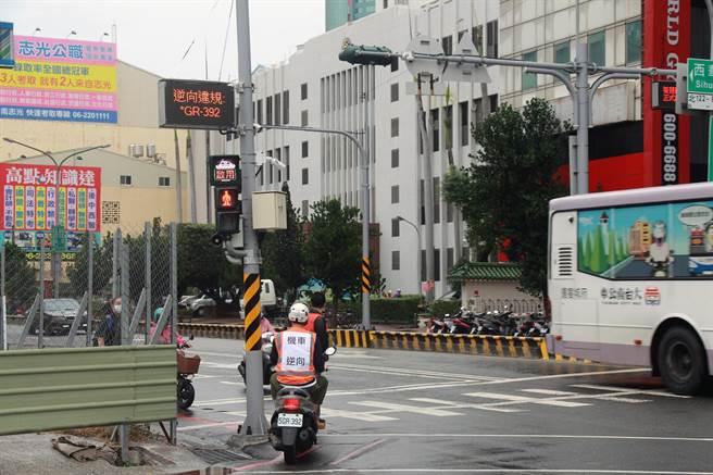 全國首座智慧智慧安全路口啟用後,可即時顯示違規車輛車牌號碼及違規行為等資訊。(洪榮志攝)