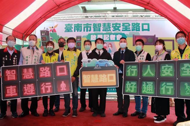 全國首座智慧智慧安全路口在台南市中西區中山路、西華南街口啟用。(洪榮志攝)