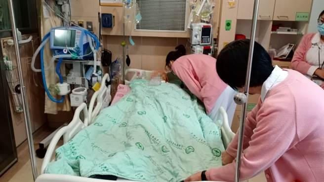 台南市立安南醫院護理師一一至鐘女病床前表達不捨。(台南市立安南醫院提供/程炳璋台南傳真)