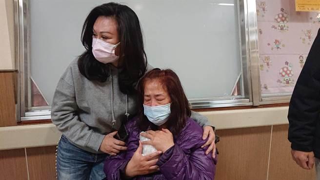 鐘母撫拭著愛女的頭蓋骨包裝,含淚啜泣,氣氛令人動容。(程炳璋攝)