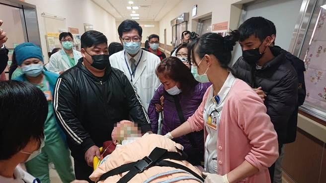 鐘女21日中午被推出加護病房,母親(紫色外套者)跟著病床哭泣叫喊愛女。(程炳璋攝)