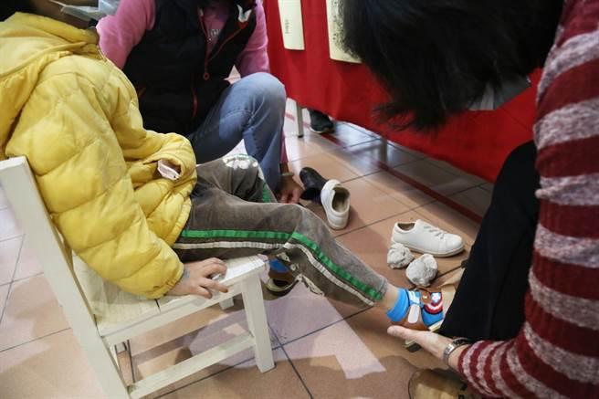 民進黨新北市議員張維倩今(21日)媒合中和在地製鞋廠商「天鵝童鞋」,捐贈500雙童鞋予新北市好日子愛心大平台。(中和區公所提供)