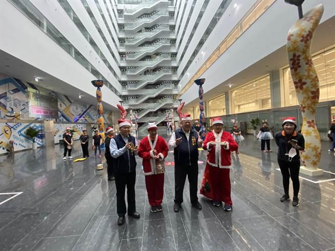台中市副市長陳子敬體型人高馬大,扮成耶誕老人相似度高,和小朋友一起向市府員工與洽公民眾報佳音。(盧金足攝)