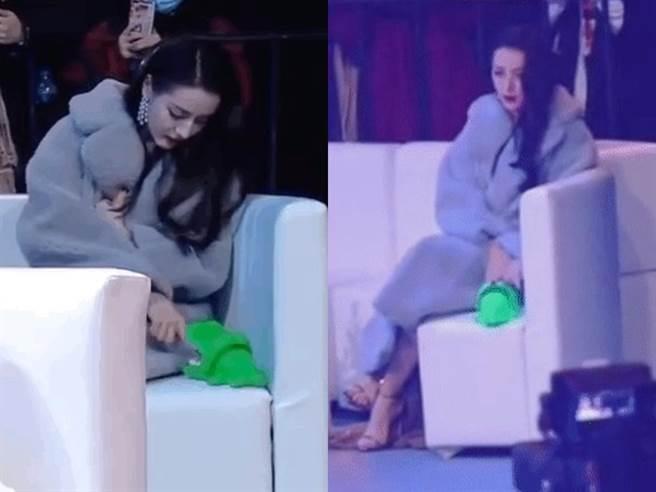 迪麗熱巴保有童心,被鱷魚玩具咬到手還巴它。(圖/微博)