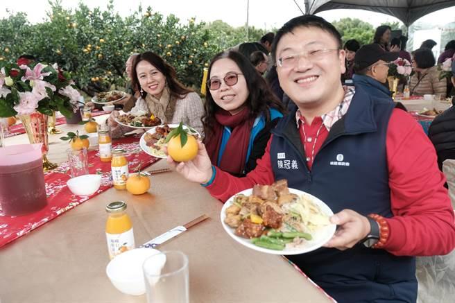 峨眉經典小鎮博柑情行銷推介會,農會總幹事陳冠義介紹「桔園餐桌」的客家特色菜餚。(羅浚濱攝)