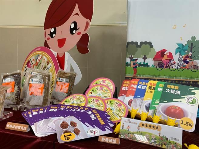 中華醫大USR團隊關懷偏鄉銀髮族,協助地方開發的即食調理包「銀養好食光」。(曹婷婷攝)