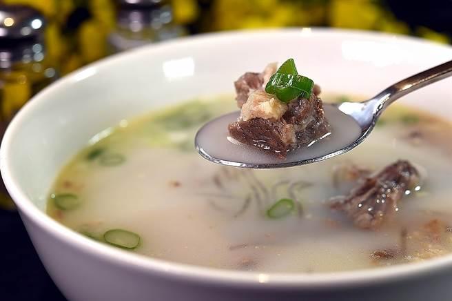 日本最大韓食連鎖〈SAIKABO〉來台展店,客人可以喝到用牛大骨熬製的〈牛尾湯〉。(圖/姚舜)