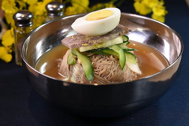 〈SAIKABO〉的韓式〈水冷麵〉,湯頭是用水梨、白蘿蔔、薑、蒜熬製,口感彈Q的蕎麥麵並搭配了蘋果片、小黃瓜、牛腿肉, 以及半顆水煮蛋。(圖/姚舜)