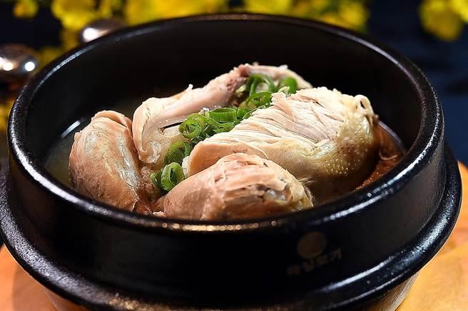 〈SAIKABO〉的〈人參雞〉採45天的小春雞烹製,湯頭是用雞骨和大量洋蔥並加了蒜頭熬製,客人可點全雞或半雞享用。(圖/姚舜)