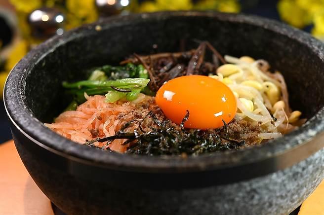 〈SAIKABO〉的〈石鍋拌飯〉中的食材有黃豆牙、辣蘿蔔、菠菜、山蕨、海苔與牛絞肉,拌飯的蛋黃結構札實,顯示經過精挑細選。(圖/姚舜)