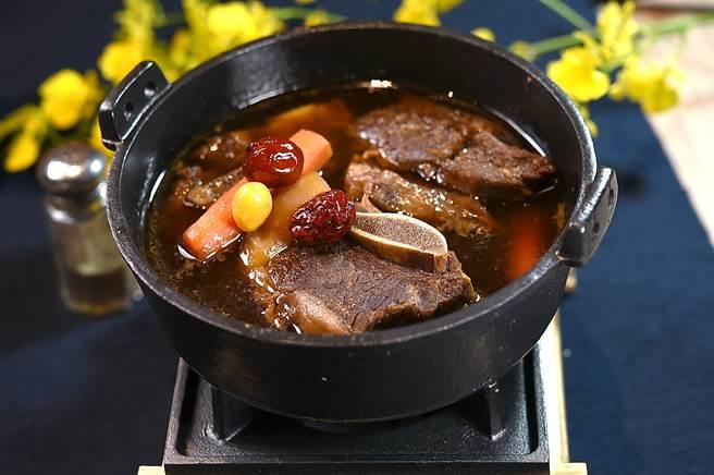 〈SAIKABO〉的〈燉牛小排〉,醬汁是用蔥、薑、蒜、酒、醬油、洋蔥和糖與黑胡椒熬製,成菜後的味道有一點點像和風〈馬鈴薯燉肉〉。(圖/姚舜)