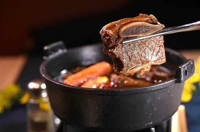 〈SAIKABO〉的〈燉牛小排〉是以帶骨牛小排燉煮,因時間火候掌握得宜,口感柔嫩且入味。(圖/姚 舜)