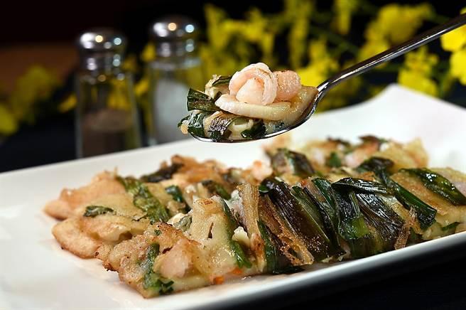 〈SAIKABO〉的〈海鮮煎餅〉用了魷魚、鮮蝦與干貝等海鮮食材,搭配洋蔥、韭菜和紅蘿蔔煎製,用料頗豐。(圖/姚舜)