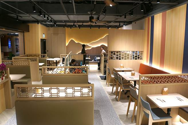 開在在南港環球的〈SAIKABO〉,以淺色木紋搭配以韓國傳統圖紋設計的Pattern設計,有68個客席座位。(圖/姚舜)