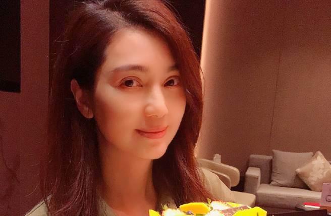 洪欣日前撇婚變後,她今則被網捕獲和老公張丹峰一起吃飯。(圖/取材自洪欣微博)