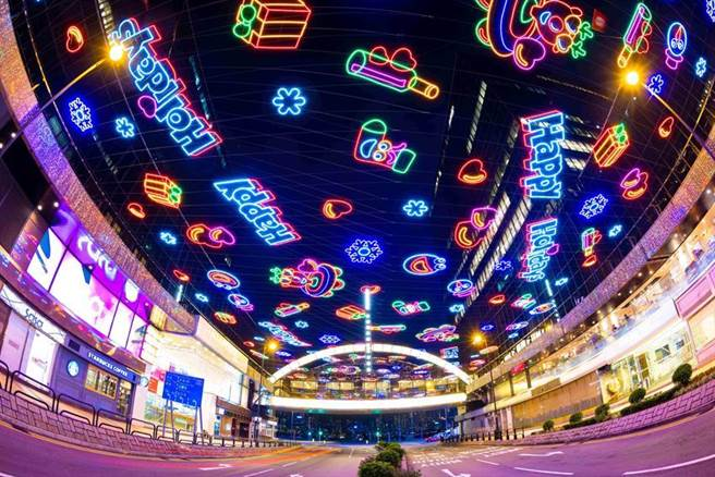 香港的圣诞氛围愈来愈浓,香港旅游局今年邀海外游客线上欣赏香港圣诞必游胜地,图为尖沙咀中心帝国中心。图/香港旅游发展局提供