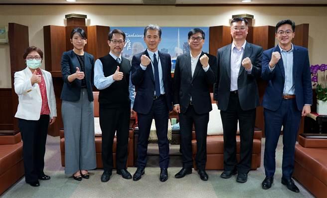 高雄市長陳其邁與英特格總裁謝俊安(左四)及與會代表合影衝衝衝加速投資落地。(高市府提供/柯宗緯高雄傳真)