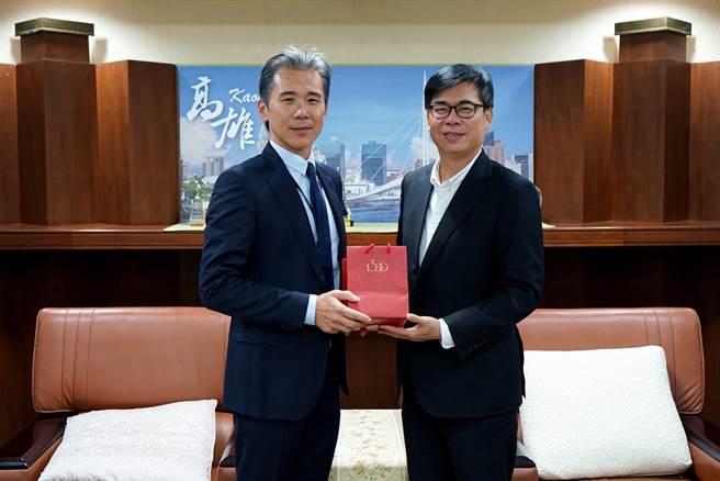 高雄市長陳其邁贈送高雄1300白瓷予英特格總裁謝俊安,感謝選擇高雄投資。(高市府提供/柯宗緯高雄傳真)