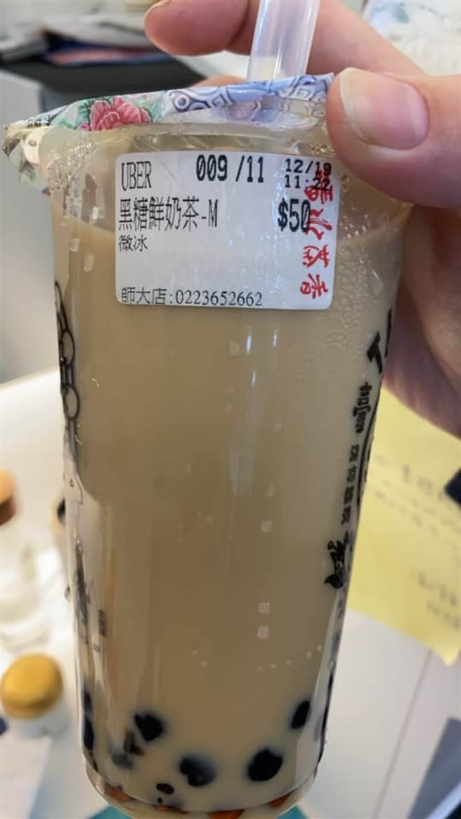女網友收到飲料的同時,店家還貼上用手寫的黃色小紙條,一看讓她秒尷尬到爆。(摘自爆怨公社)