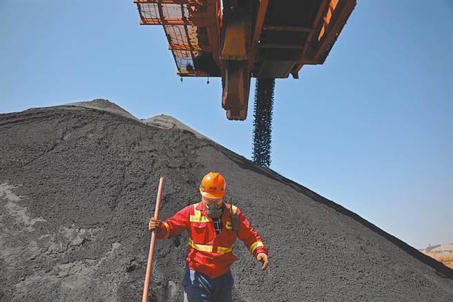 鐵礦豐富的剛果共和國日前宣布終止澳洲礦商的鐵礦砂的開採權,反而發給具中資背景的公司新許可證,圖為大陸進口鐵礦石,從碼頭卸下。(新華社資料照)