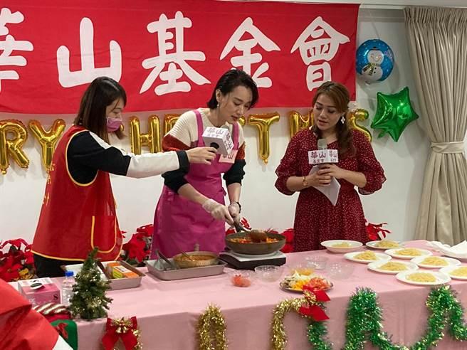 坣娜今在活動上展露廚藝,關懷老人家。(黃雯犀攝)