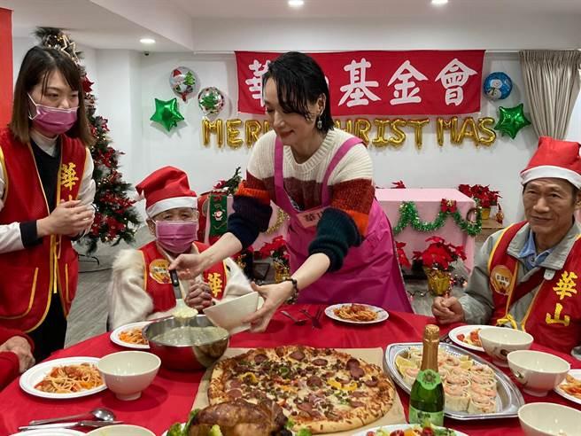 坣娜今出席華山基金會公益活動,為人瑞奶奶送上餐點。(黃雯犀攝)