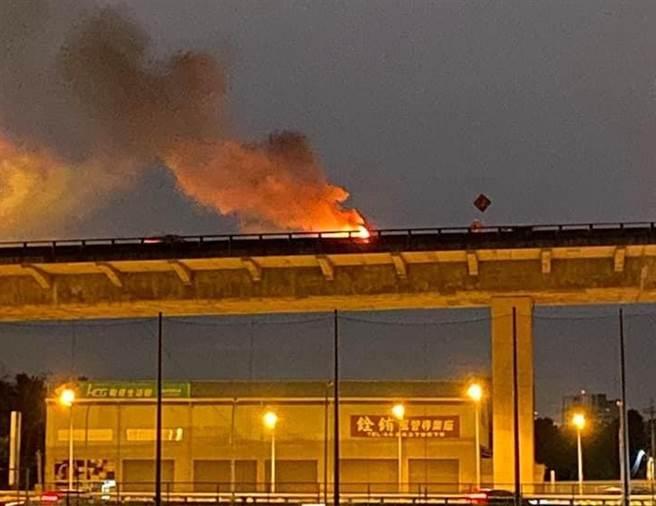 台中台74線昨晚發生兩車互撞火燒車,1駕駛成焦屍,目擊者還原撞前現場。(圖/翻攝自臉書74號快速道路即時路況)