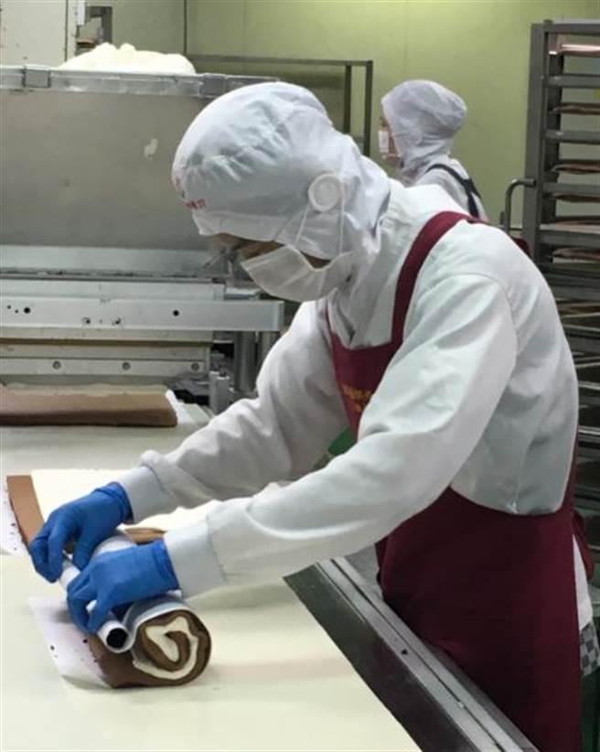 全聯提拉米蘇捲,79元;歐藝烘焙製作時由人工捲製、再用去年導入的全自動超音波切割機切割,1天可生產1.6萬捲。(郭家崴攝)