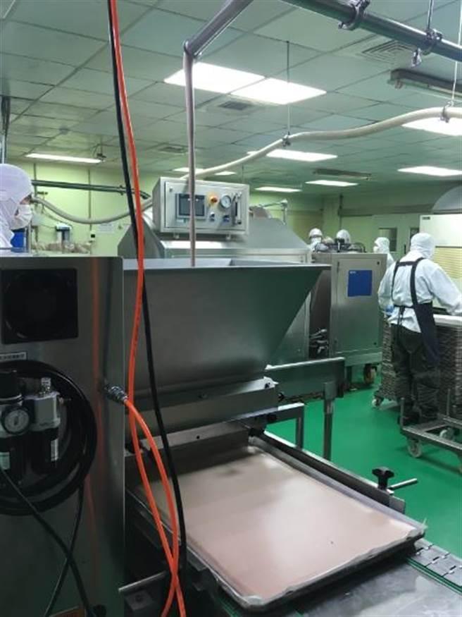 為了符合台灣人喜歡鬆軟口感,將蛋白和蛋黃分開打,再透過日本填充機填充。(郭家崴攝)