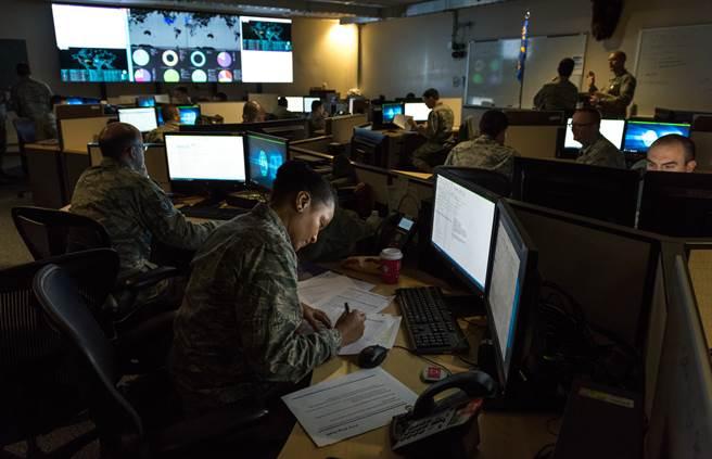 隨著陸俄駭客攻勢凌厲,如何因應已成美國重大挑戰,但讓NSA與CYBERCOM分家還是維持現狀才能最有效因應,政府內部卻有不同看法。圖為美空軍國民兵監視駭客網攻。(圖/DVIDS)