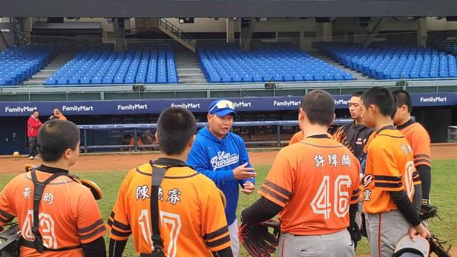 林家緯(中)指導基層棒球選手。(富邦悍將提供)