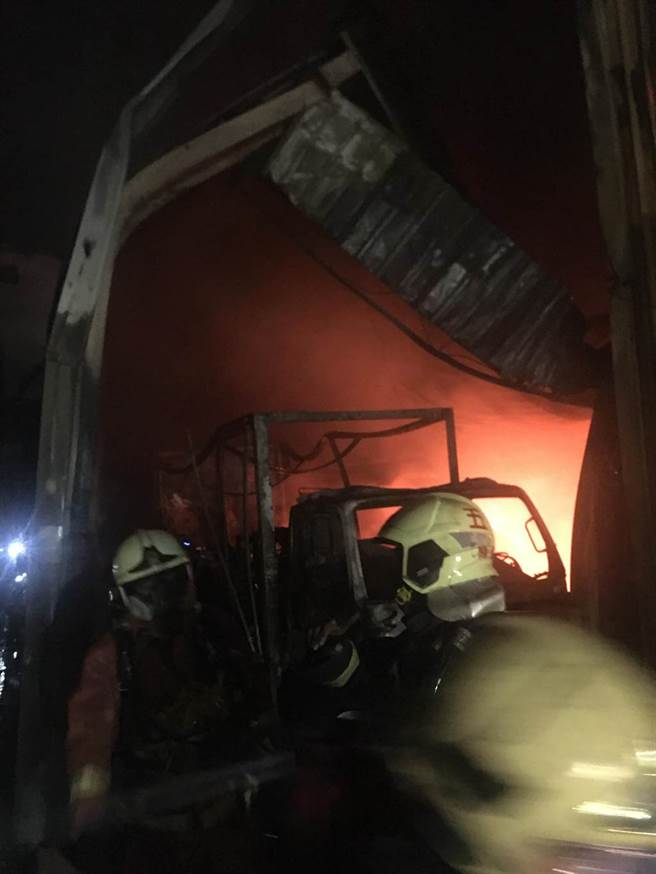 新北市五股區中直路某鐵皮屋工廠今(21日)晚間8時許傳出火警,火勢由鐵皮屋內往外延燒。(翻攝)