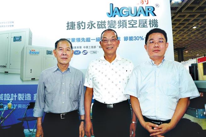 捷豹空壓機創辦人韓瑩煥(中)攜手鑫邦企業創辦人徐萬發(左)、總經理徐士傑(右)透過專業展,擴大拓展永磁空氣壓縮機在市場的占有率。圖/業者提供