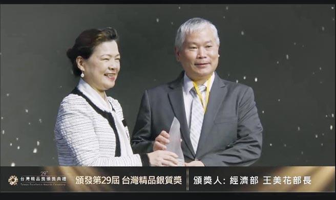 眾程公司總經理張耿彰(右)接受頒發銀質獎。圖/業者提供
