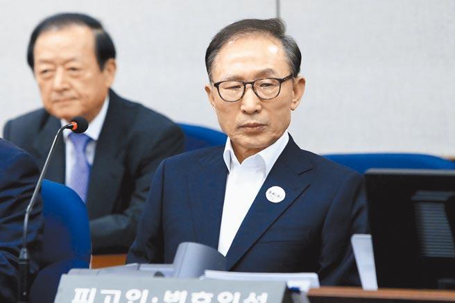 南韓前總統李明博(右)服刑的首爾東部看守所爆發新冠肺炎群聚感染,不過李並未染疫。圖為李明博受審時的情形。(美聯社)