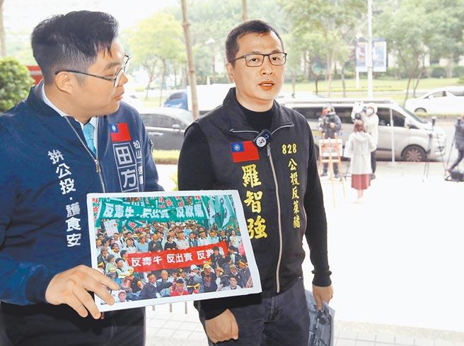 國民黨台北市議員羅智強發起「反萊豬一日一留言」活動,並號召全民割「萊委」。(鄭任南攝)
