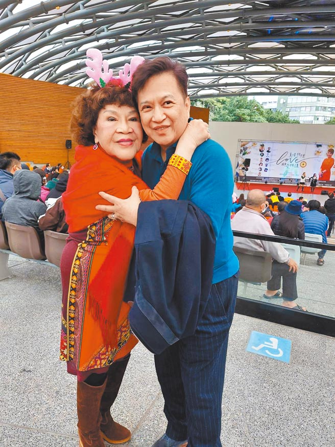 周遊(左)與老公李朝永昨攜手做公益,兩人照舊曬恩愛。(林淑娟攝)